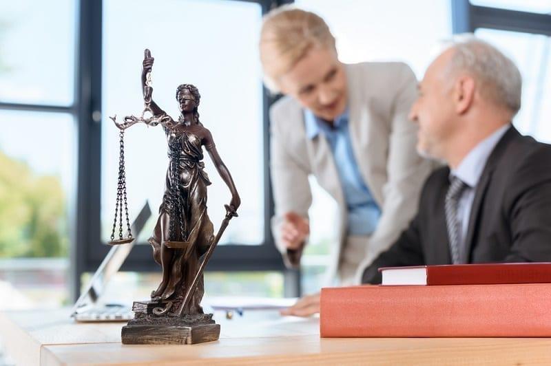 derecho inmobiliario abogados hablando - Abogado inmobiliario Alicante